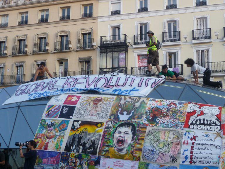 PORTADA Global revolution / Puerta del Sol / Autor-a: